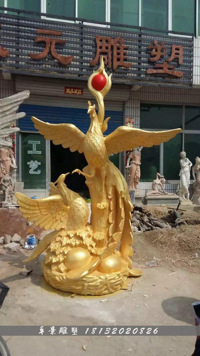 材质:玻璃钢 安装位置:适合安装在广场 公园   凤凰主要是幻想的对象、观念的产物和巫术礼仪的图腾,经过了漫长的历史演变,最后成了驱邪禳灾、纳福迎祥之鸟,被成为百鸟之王。雄的叫凤,雌的叫凰,通称为凤或凤凰。   凤凰的神瑞首先在于它是王道仁政的象征。早在上古时期,龙凤降临就是国家兴盛、世上太平或霸业可图的吉祥之征。凤凰衔书为帝王受命立业的瑞应,凤凰求仪是天下安宁、君有仁德的体现,丹凤朝阳则比喻贤才遇时。   古人以龙代表皇帝,以凤代表皇后、皇太后,于是凤又为帝王或皇家重用,如