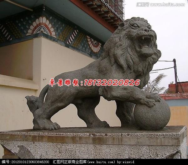 名称:踩球狮子石雕,大理石狮子雕塑 材质:大理石 安装位置:适合安装在建筑物入口   石雕狮子,是以石材为原材料而雕塑成狮子的具有艺术价值和观赏价值的雕塑品。作为汉族文化中常见的辟邪物品。最早的石狮是东汉高颐墓前的石狮。是汉族建筑中经常使用的一种装饰物,在中国的宫殿,寺庙,佛塔,桥梁,府邸,园林,陵墓,以及印钮上都会看到它。但是更多的时候,石狮是专门指放在大门左右两侧的一对狮子。其造型并非我们现在所看见的狮子,可能是因为中土人士大多没有见过在非洲草原上的真正的狮子。但也有说法是西域狮与非洲狮体态不同的缘故