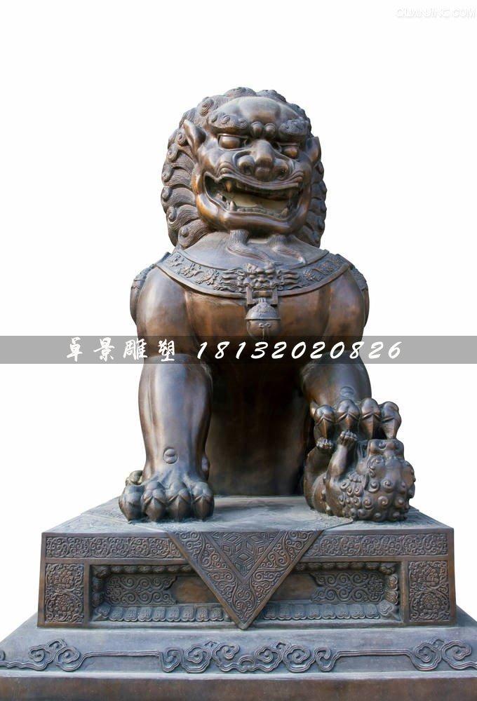名称:北京狮铜雕,铜狮子雕塑 材质:黄铜 安装位置:适合安装在建筑物入口   狮子不是中国所有的物种,狮子形象始于汉朝,据说是从西域传过来的。后来才出现了中国式的狮子雕塑。   狮子在不同的时代有不同的特点,同样在不同的地方也有不同的特点。总体上,北方的石狮子外观大气,雕琢质朴;南方的石狮更为灵气,造型活泼,雕饰繁多,小狮子也不仅在母狮手掌下,有的爬上狮背,活泼可爱。   在故宫的门口有守在门口的两头大狮子,这两头大狮子是又来已久的,这两头大狮子守卫门口是为保卫皇宫的安宁的瑞兽,狮子是兽中之王,它体态壮硕