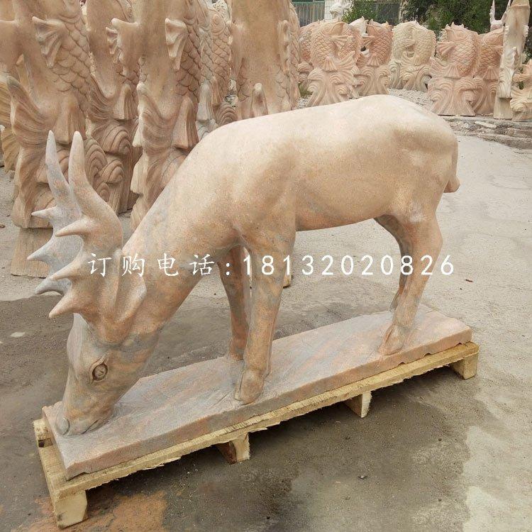 小鹿吃草石雕,晚霞红动物雕塑