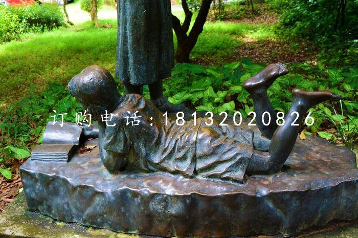 小孩趴着看书雕塑,公园