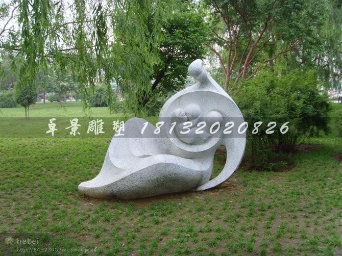 公园母爱石雕抽象人物景